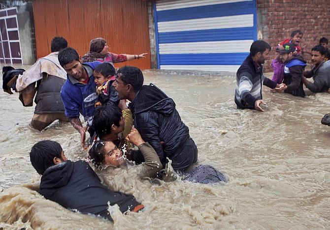 Kashmir Floods: 120 killed, 10,000 stranded and 2600 villages displaced